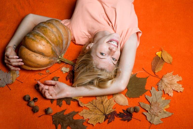 Zako?czenie portret wspania?ej szcz??liwej blondynki czarodziejski enchantress, zakrywa ona oczy z nakr?tk?, gor?ca posta?, cia?o fotografia stock