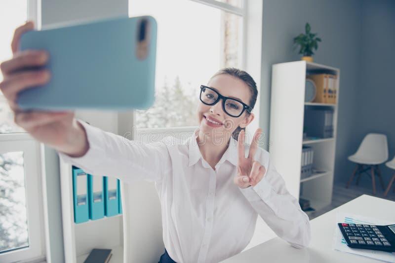 Zako?czenie w g?r? fotografii pi?knej ona jej biznes damy eyewear eyeglasses r?k r?k telefonicznego znaka ?yczliwi toothy m?wj? c fotografia stock