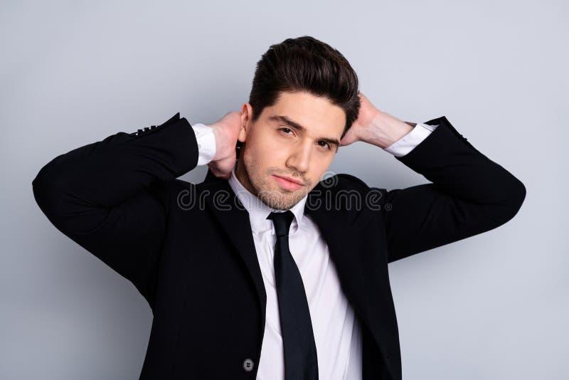 Zako?czenie w g?r? fotografii zadziwia on on jego macho przystojny w?a?nie odwiedzony fryzjera dotyk doskonali? projektuj?cy czar obrazy stock