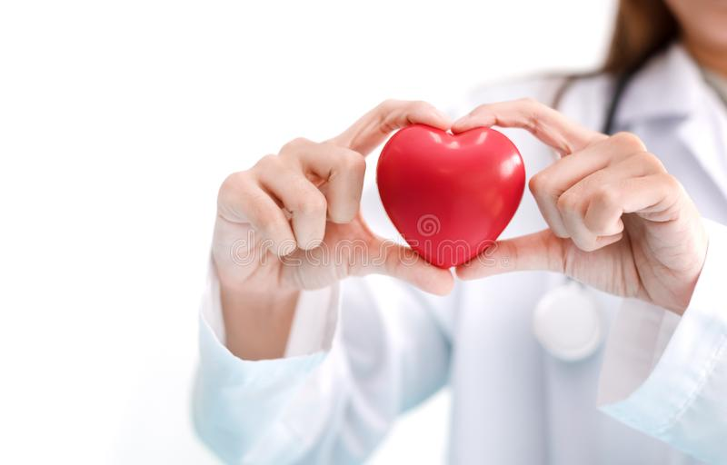 Zako?czenie w g?r? kobiety lekarki z czerwonym sercem Medyczny i opieka zdrowotna poj?cie obrazy royalty free