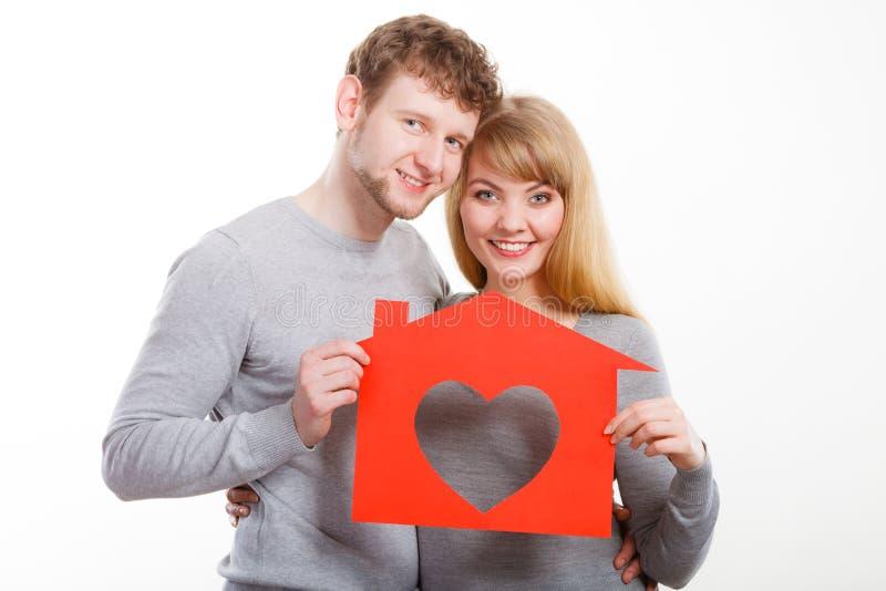 Zakochany młody małżeństwo z domem obrazy stock