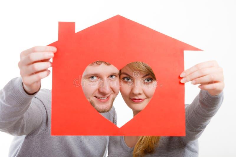 Zakochany młody małżeństwo z domem fotografia royalty free