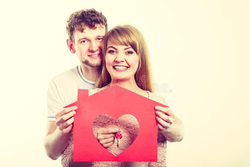 Zakochany młody małżeństwo z domem i kluczami fotografia royalty free
