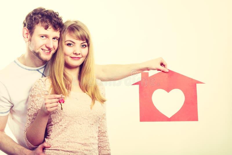 Zakochany młody małżeństwo z domem i kluczami fotografia stock