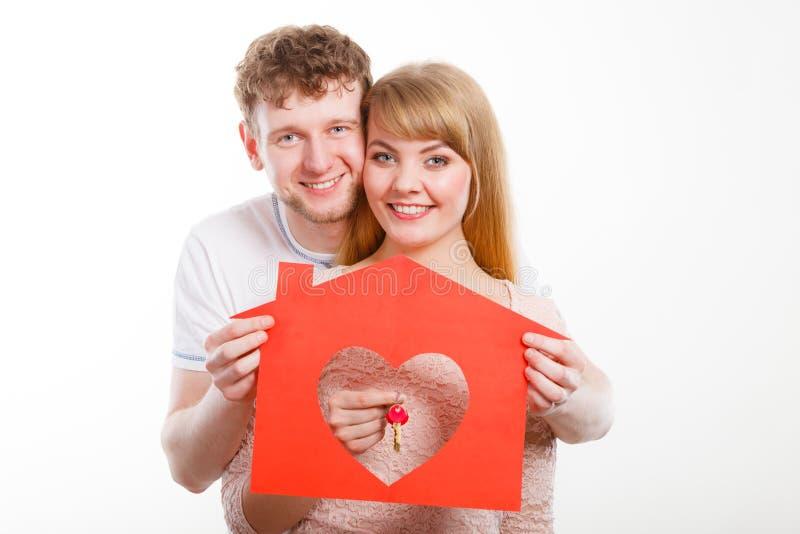 Zakochany młody małżeństwo z domem i kluczami zdjęcia royalty free