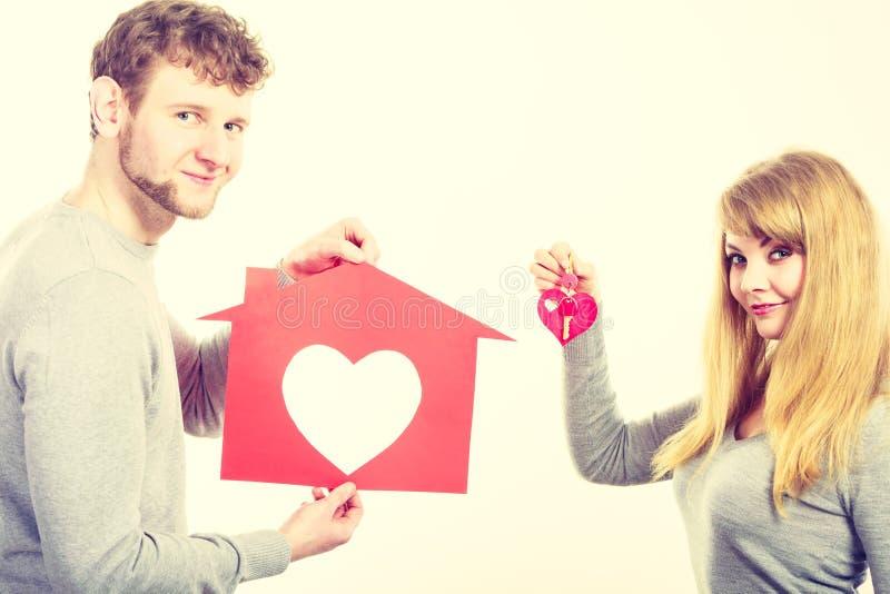 Zakochany młody małżeństwo z domem i kluczami zdjęcia stock