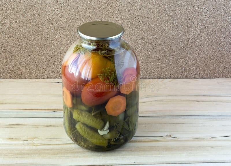 zakonserwowany ogórków szklani słoju pomidory zdjęcia royalty free