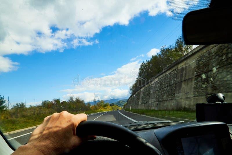 Zakopane, Πολωνία - 29 Σεπτεμβρίου 2019: Διαδρομή από το παράθυρο αυτοκινήτων και άσπρα σύννεφα στο μπλε ουρανό Φυσικό τοπίο στοκ φωτογραφία με δικαίωμα ελεύθερης χρήσης