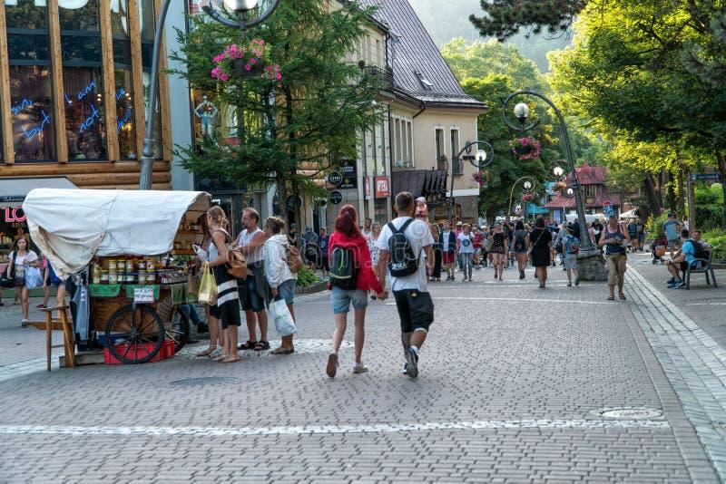 Zakopane, Польша июнь 2019 туристы улицы krupowki идя на улицу в вечере лета стоковая фотография