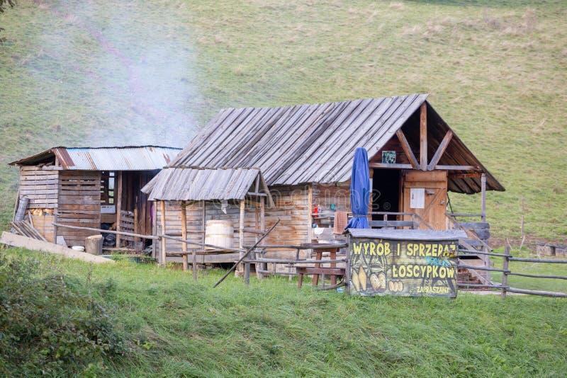 ZAKOPANE, ПОЛЬША - 4-ОЕ ОКТЯБРЯ 2018 Традиционное место продукции хижины горы сыра овец в польских горах Tatra стоковые фото
