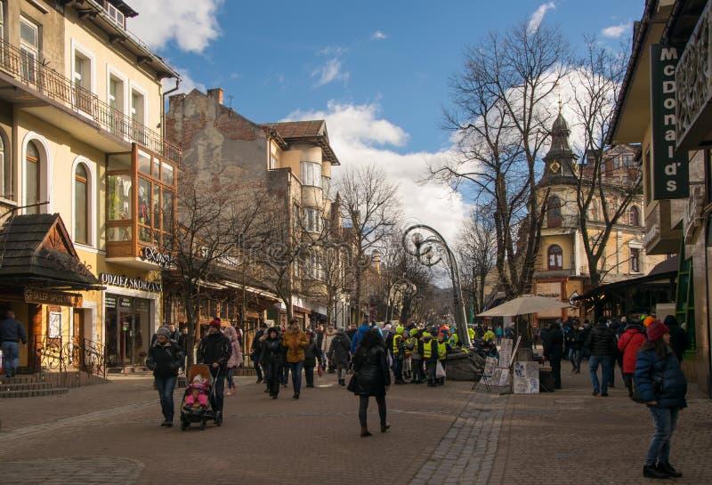 Zakopane, Польша - 1-ое февраля 2018: Известная улица Krupowki, Zakopane, Польша стоковое фото rf
