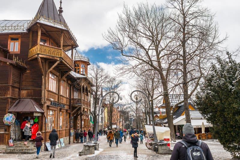 Zakopane, Польша - 22-ое февраля 2019 Толпа людей идет вдоль улицы Krupowki на зимний день Улица Krupowki стоковое изображение
