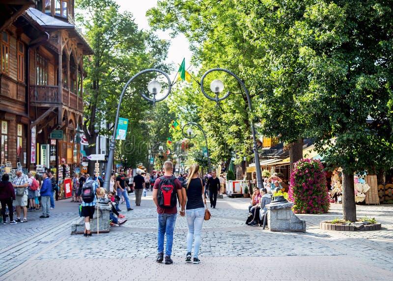 Zakopane, Польша - 24-ое августа 2015: Люди идя на улицу Krupowki стоковые фотографии rf