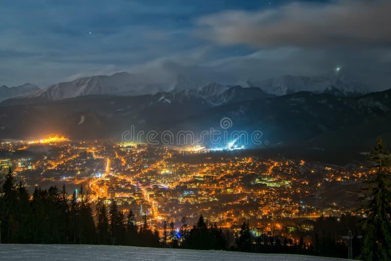 Zakopane en la noche - visión aérea en invierno fotos de archivo
