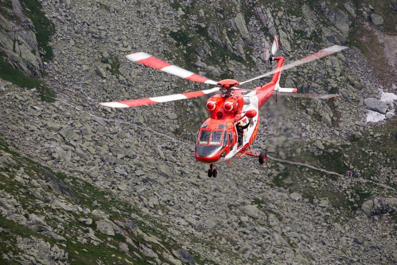Zakopane, 4,2015 Polen-Juli: De de reddingsdienst i van de helikopterberg royalty-vrije stock fotografie