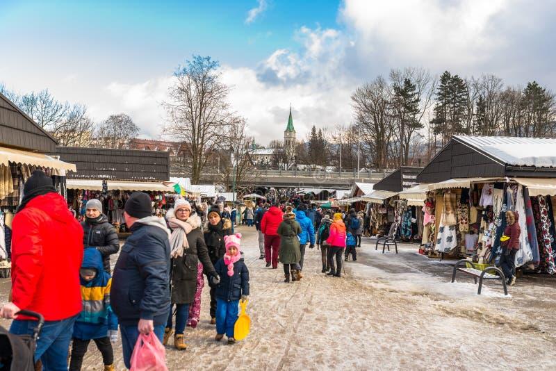 Zakopane, Polonia - 22 de febrero de 2019 Una muchedumbre de gente está caminando a lo largo de la calle de Krupowki en un día de imagen de archivo