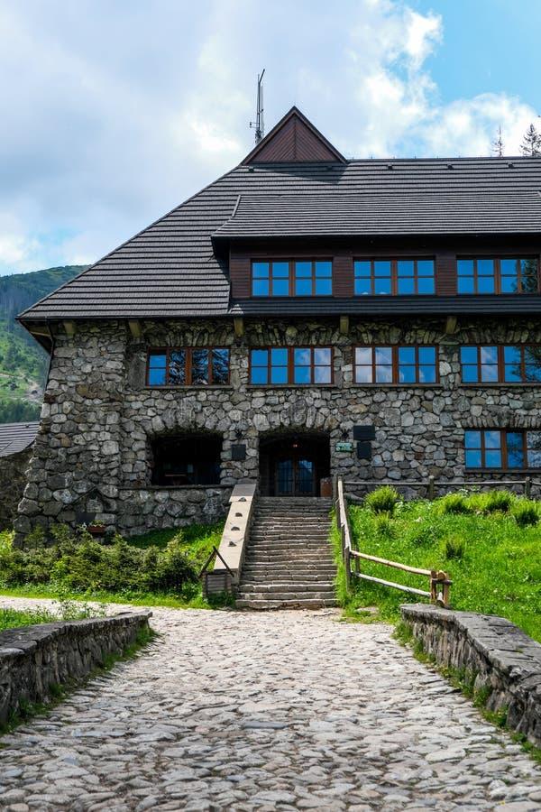ZAKOPANE, POLONIA - 8 GIUGNO 2019: Riparo Murowaniec in montagna di Tatra l'8 giugno 2019 in Zakopane, Polonia immagine stock