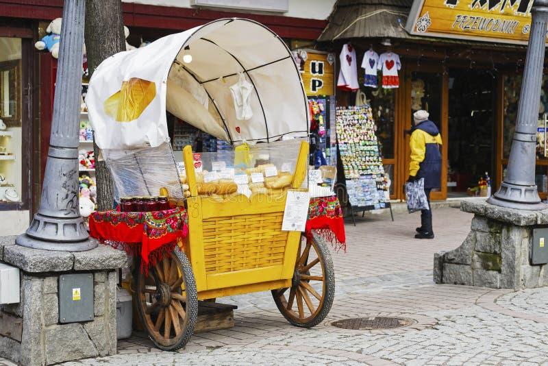 Zakopane, vendite di Oscypek alla via di Krupowki fotografia stock