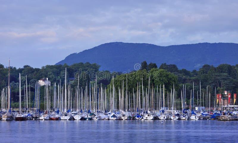 Zakotwiczający jachty w Lemańskim jeziorze popierają kogoś przy zmierzchem, Szwajcaria obraz stock