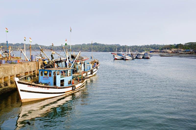 Zakotwiczający trawlery przy Arpora połowu jetty Północny Goa, India obraz stock