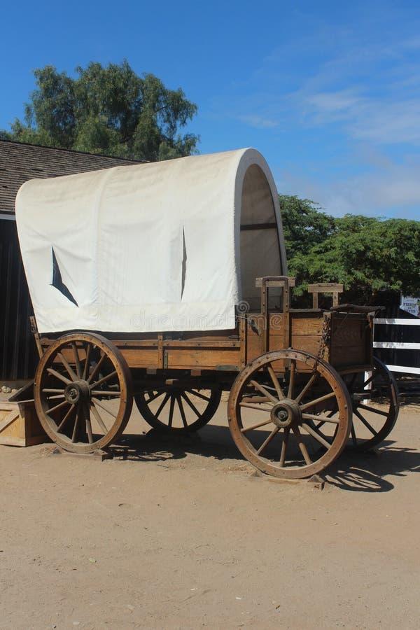 Zakrywający furgon z, niebieskiego nieba tło z częściowym ogrodzeniem, budynek, i zdjęcia royalty free