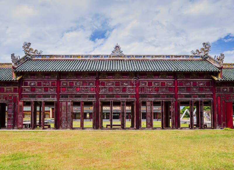 Zakrywający korytarz z czerwienią zamyka obok puszki Thanh pałac i drzwi odcienie, zakazujący miasto, Wietnam zdjęcie stock