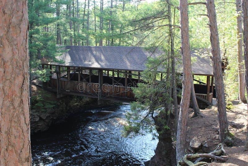 Zakrywający most Nad rzeką obraz stock