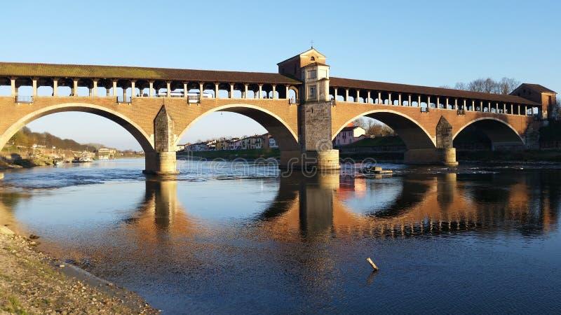 Zakrywający most nad wody lustrem fotografia stock