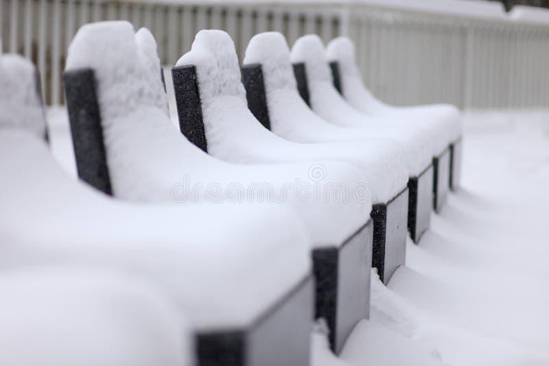 zakrywający siedzeń śniegu kamień zdjęcie stock