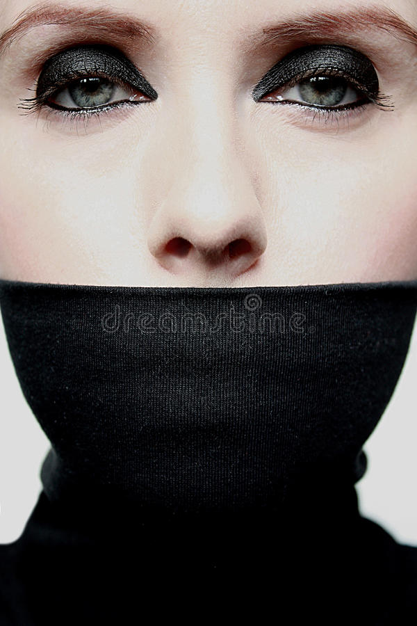 zakrywający usta kobiety potomstwa fotografia royalty free
