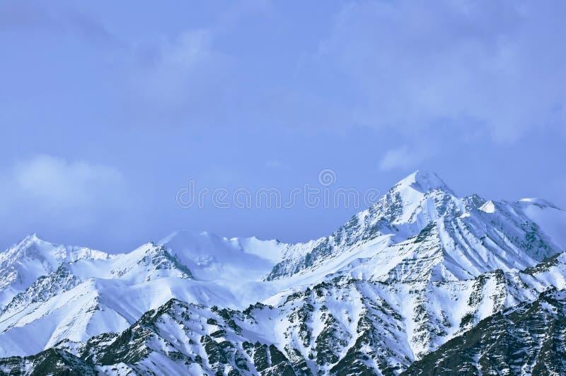zakrywający wysokich gór śniegu wierzchołek obraz stock