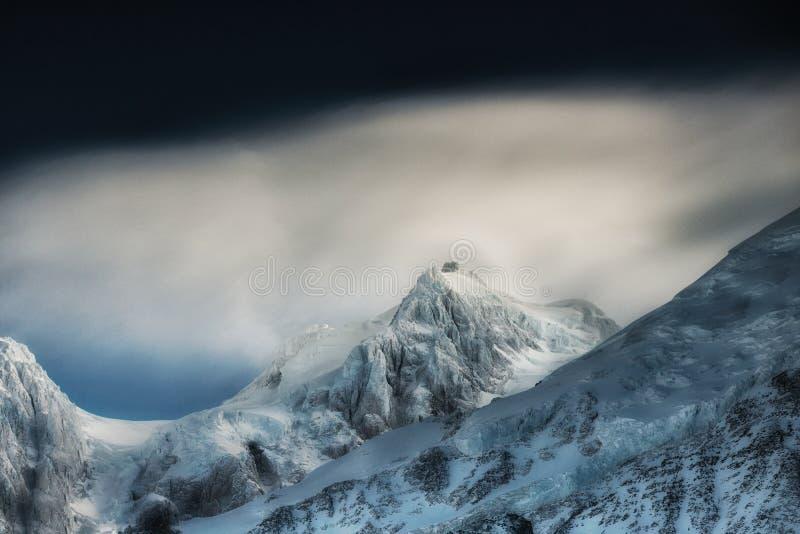 zakrywający wysokich gór śniegu wierzchołek Zim góry na jaskrawym słonecznym dniu Alps góry krajobraz z chmurnym niebem obraz stock