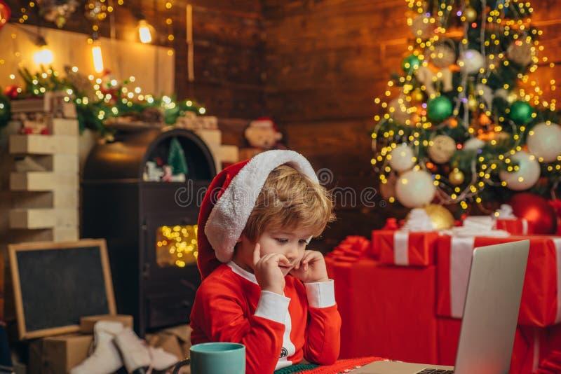 Zakup?w bo?ych narodze? prezenty online Bo?enarodzeniowy zakupy poj?cie Prezent us?uga Santa ma?y pomagier Mądrze berbecia surfin obraz royalty free