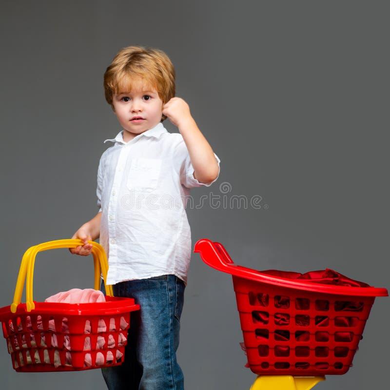 Zakup z rabatem rodzina t?a wyst?powa? samodzielnie w white na zakupy zakup?w produkty Sztuka sklep ?liczny nabywca klienta klien zdjęcie royalty free