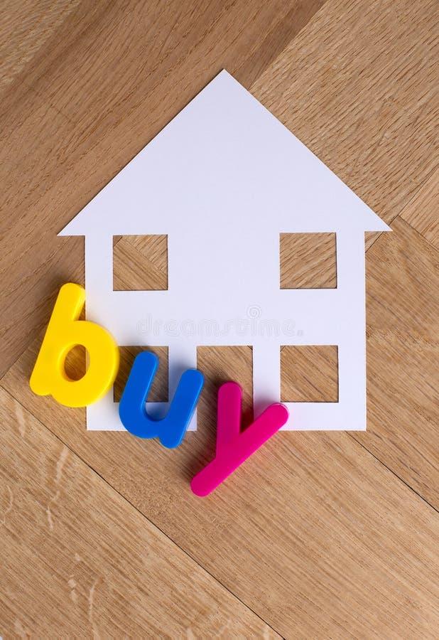 Zakupu domu domu symbol na drewnianym tle zdjęcie stock