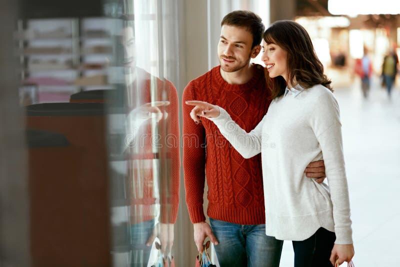 Zakupy centrum handlowe Mężczyzna I kobieta Patrzeje Przez sklepu okno obrazy royalty free