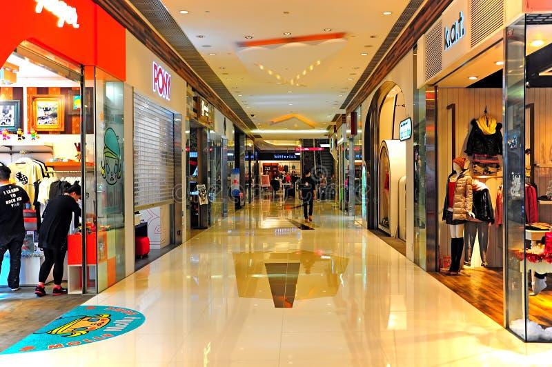 Zakupy centrum handlowego wnętrze obraz royalty free