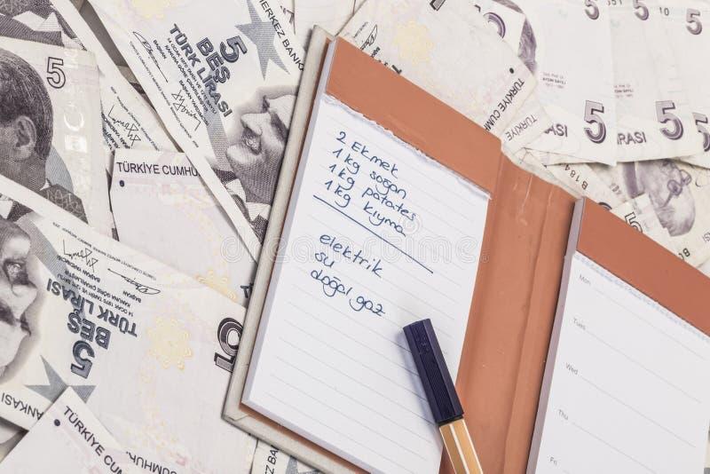 Zakupy i koszty spisujemy na Tureckiego lira banknotach obraz royalty free