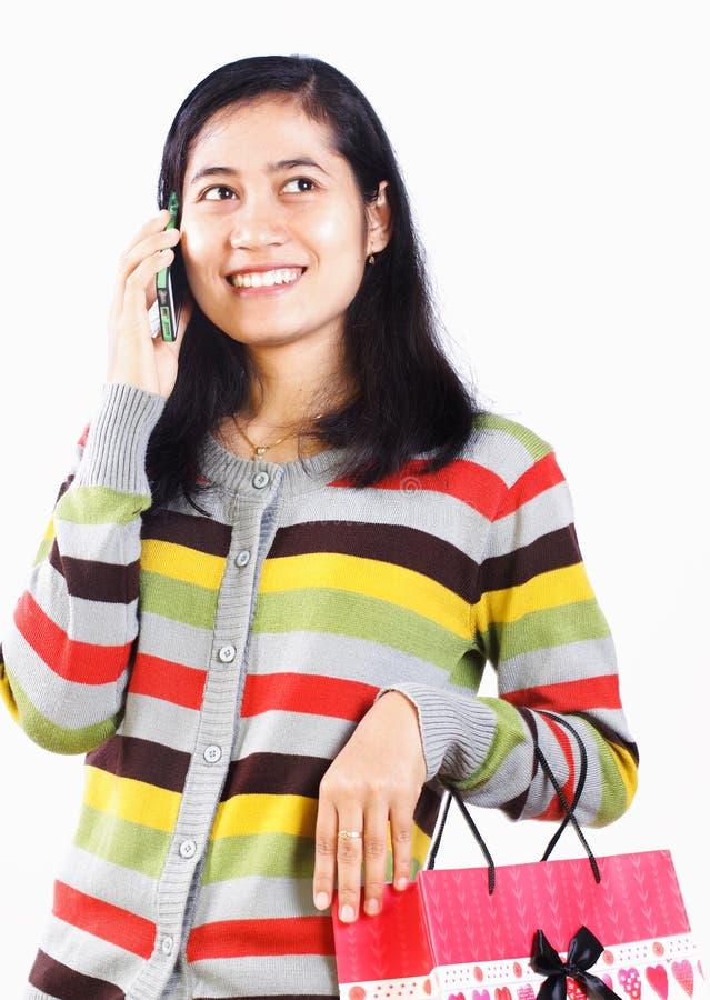 Zakupy kobieta na telefonie zdjęcie royalty free