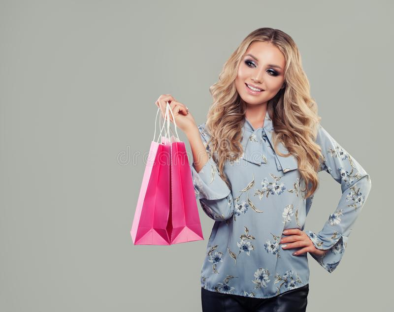 Zakupy kobiety mienia torba na zakupy patrzeje do strony fotografia stock