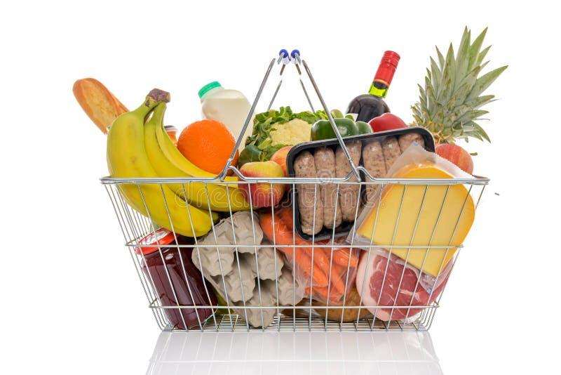 Zakupy kosz pełno świeża żywność odizolowywająca fotografia stock