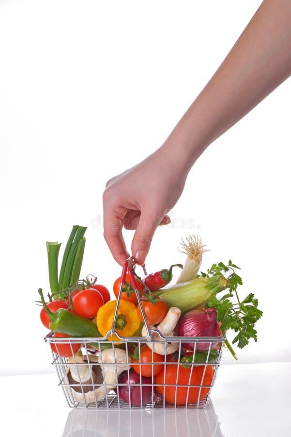 Zakupy kosz pełno świezi warzywa fotografia stock