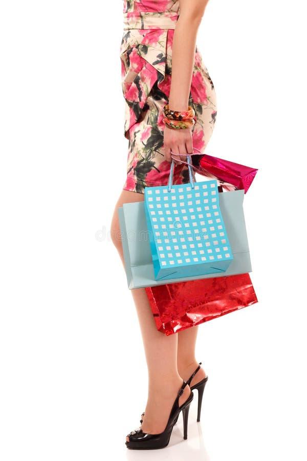 Zakupy młodej kobiety mienia torby obraz royalty free