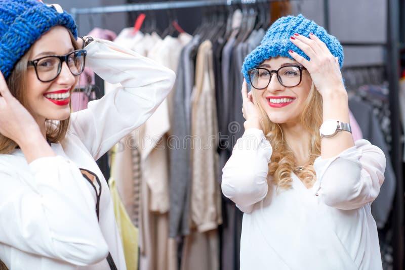 zakupy odzieżowe kobiety zdjęcia royalty free