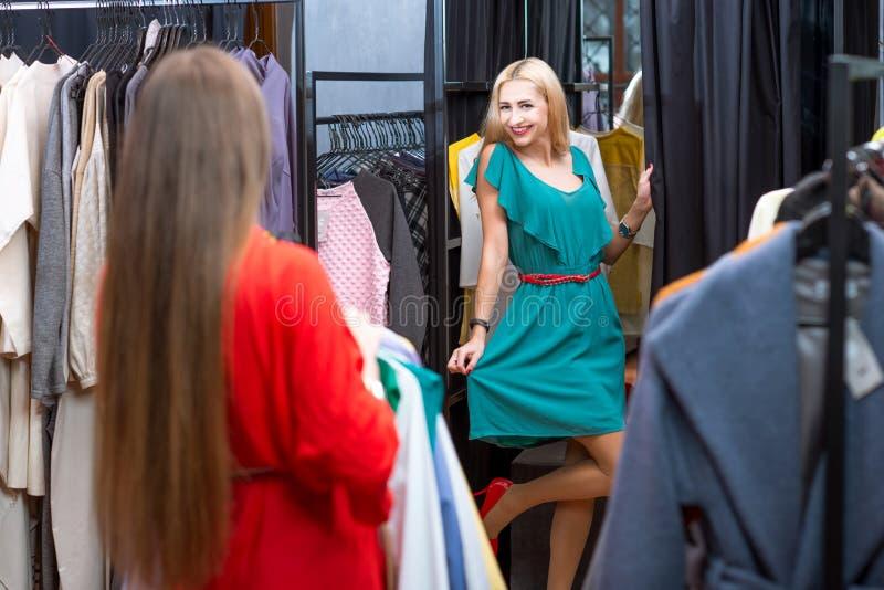 zakupy odzieżowe kobiety fotografia royalty free