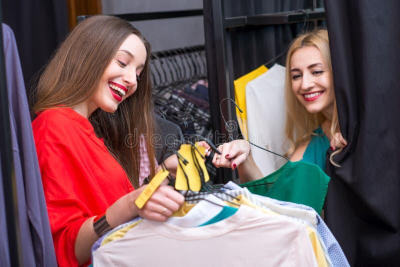 zakupy odzieżowe kobiety zdjęcie royalty free