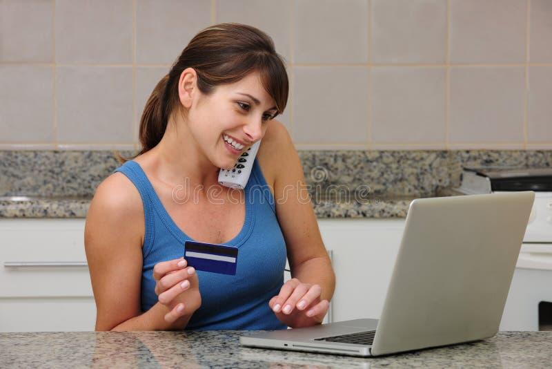 zakupy online kobieta zdjęcie royalty free