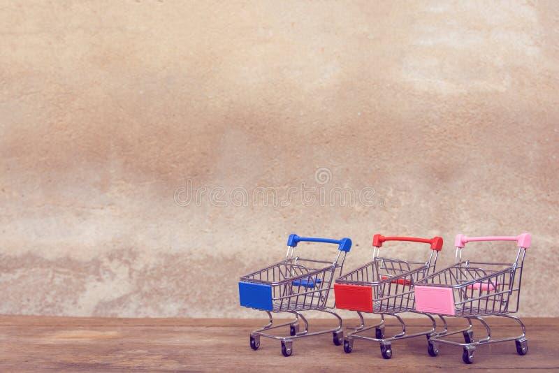 Zakupy pojęcie: Pusty wózek na zakupy na brązu drewna stole online zakupów konsumenci mogą robić zakupy od domowej i doręczeniowe zdjęcie stock