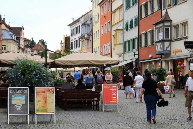 Zakupy ulica i pieszy deptak na półwysepa smal miejscu Lindau w Niemcy obrazy stock