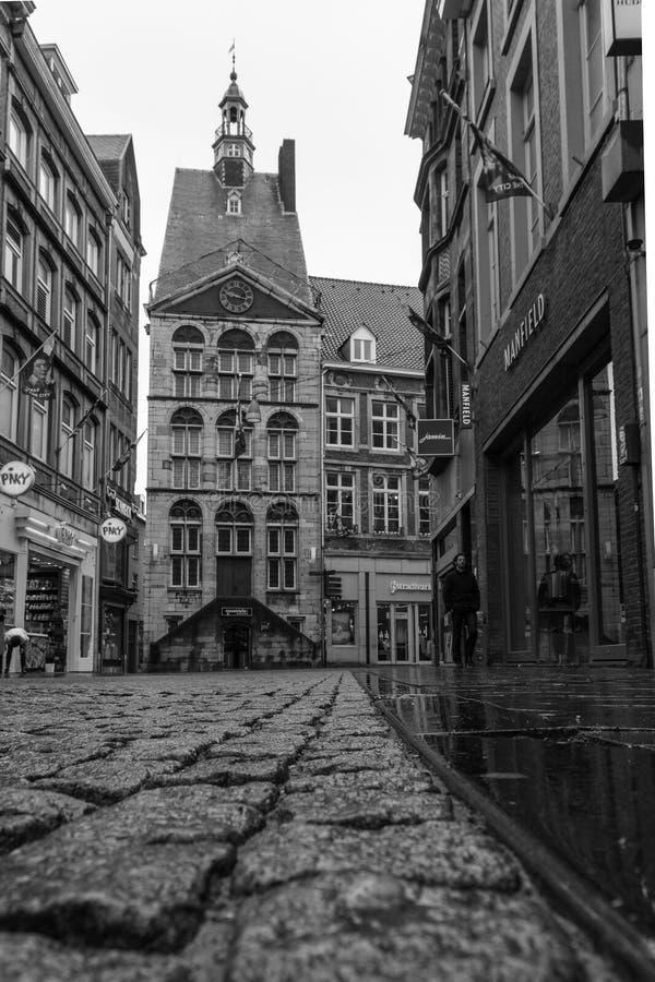 Zakupy ulica w Maastricht z turystyczną informacją fotografia stock